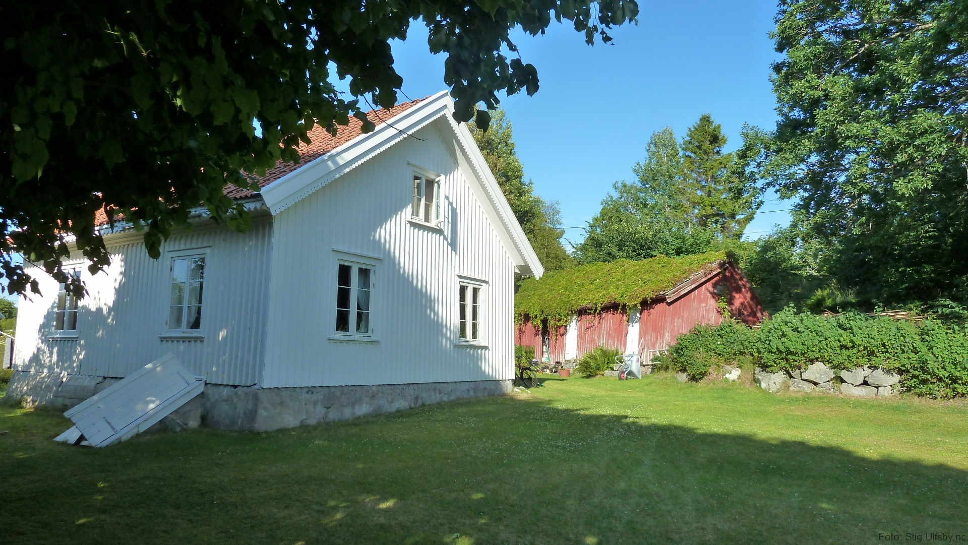 Gamle hus ved Ødegårdstranda, Søndre Sandøy, Hvaler juli 2010