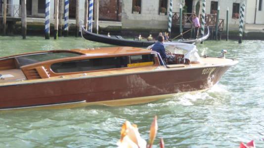 Taxibåt i Mahogny på Canal Grande